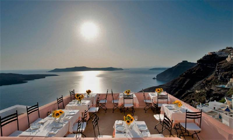 source:  https://santorinisecrets.com/5-best-restaurants-of-santorini-with-a-view/